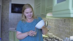 Vette vrouwenkeuken stock footage