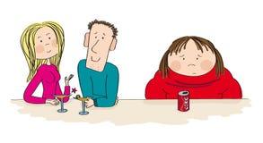 Vette vrouwenzitting naast het daterende paar, die alleen voelen Stock Foto's