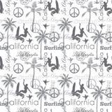 Vettore che pratica il surfing California Gray Seamless Pattern Surface Design con le donne praticanti il surfing, palme, segni d Immagine Stock