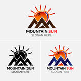 Vettore di logo delle montagne di lerciume con le icone del sole Fotografia Stock