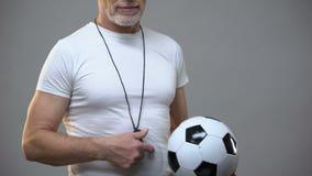 Vettura atletica adulta di calcio che gioca con la palla, stile di vita attivo, attività di sport stock footage