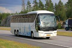 Vettura bianca Bus di Neoplan Tourliner nel traffico di autostrada Fotografie Stock Libere da Diritti