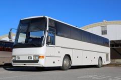 Vettura bianca Bus su una fermata dell'autobus fotografie stock