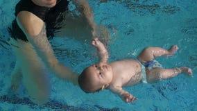 Vettura che impara bambino per nuotare archivi video