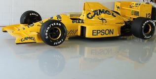 Vettura da corsa di formula 1 classico in garage fotografia stock libera da diritti
