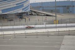 Vettura da corsa su un'esecuzione dei test sulla pista formula1 in Soci Fotografie Stock