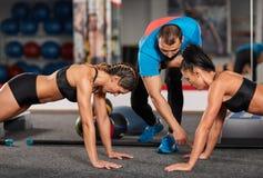 Vettura e ragazze di forma fisica che fanno allenamento Immagine Stock Libera da Diritti