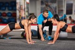 Vettura e ragazze di forma fisica che fanno allenamento Fotografia Stock