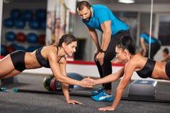Vettura e ragazze di forma fisica che fanno allenamento Immagini Stock Libere da Diritti