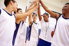 Vettura maschio di Team Having Team Talk With di pallacanestro della High School Fotografia Stock Libera da Diritti