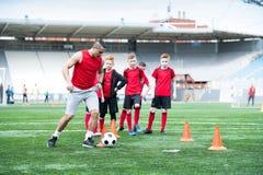 Vettura Showing Football Exercise a pratica fotografie stock libere da diritti