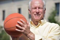 Vettura Smiling di Senior Male Basketball dell'atleta fotografia stock libera da diritti