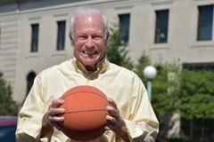 Vettura sorridente di Senior Male Basketball dell'atleta fotografia stock libera da diritti
