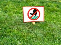 Veuillez retenir l'attention de signe d'herbe images stock