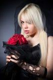 Veuve noire dans la peine avec des fleurs avec un voile Image libre de droits