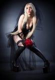 Veuve noire dans la peine avec des fleurs avec un voile Photographie stock