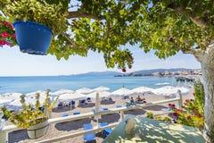 Vew της παραλίας Haraki από τον πίνακα κάτω από το δέντρο Ρόδος, Ελλάδα στοκ φωτογραφία με δικαίωμα ελεύθερης χρήσης