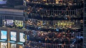 Vew aéreo de la 'promenade' del puerto deportivo de Dubai con los restaurantes del timelapse de la noche del rascacielos, United  almacen de video