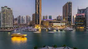 Vew aéreo do porto de Dubai com alameda, os restaurantes, as torres e dia shoping dos iate ao timelapse da noite, árabe unido video estoque