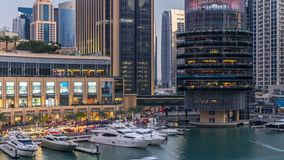 Vew aéreo do porto de Dubai com alameda, os restaurantes, as torres e dia shoping dos iate ao timelapse da noite, árabe unido vídeos de arquivo