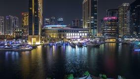 Vew aéreo do porto de Dubai com alameda, os restaurantes, as torres e timelapse shoping da noite dos iate, Emiratos Árabes Unidos vídeos de arquivo