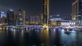 Vew aéreo do porto de Dubai com alameda, os restaurantes, as torres e timelapse shoping da noite dos iate, Emiratos Árabes Unidos filme
