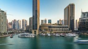 Vew aéreo do porto de Dubai com alameda, os restaurantes, as torres e timelapse shoping dos iate, Emiratos Árabes Unidos video estoque