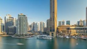 Vew aéreo do porto de Dubai com alameda, os restaurantes, as torres e timelapse shoping dos iate, Emiratos Árabes Unidos filme
