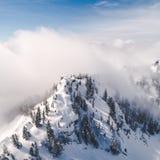 Vew aéreo estilizado de las nubes superiores y nebulosas de la montaña Nevado de la niebla Imágenes de archivo libres de regalías