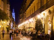 Vew av nattgatan med restauranger i Logrono Royaltyfri Bild