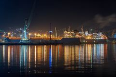 Vew av nattport Novorossiysk royaltyfri bild