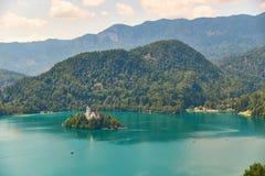 Vew del lago Bled con le montagne, isola e chiesa di pellegrinaggio, vista dall'iarda superiore sanguinata del castello, Slovenia Fotografie Stock