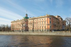 Vew des Mikhailovsky-Schlosses auf dem Damm des Fontanka-Flusses, das sonnige Maifeiertag St Petersburg, Russland Lizenzfreies Stockbild