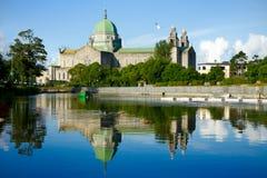 Vew di mattina della cattedrale del Galway dal fiume Fotografia Stock