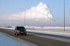 Vew di Surgut GRES-2 dalla strada principale di Nižnevartovsk-Surgut, un giorno di inverno gelido I tubi del fumo termico delle c fotografia stock