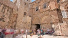 Vew på den huvudsakliga ingången in på kyrkan av den heliga griften i gammal stad av Jerusalem timelapsehyperlapse