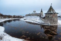 Vew panorâmico da terraplenagem e do Kremlin em Pskov, Rússia Fotos de Stock Royalty Free