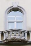 Vew plast- fönster och en gammal tappningbalkong royaltyfri bild