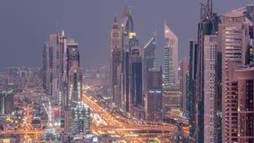Vew a?reo do porto de Dubai com alameda, os restaurantes, as torres e dia shoping dos iate ao timelapse da noite, ?rabe unido filme