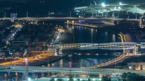 Vew a?reo do porto de Dubai com alameda, os restaurantes, as torres e timelapse shoping da noite dos iate, Emiratos ?rabes Unidos video estoque