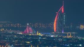 Vew a?reo do porto de Dubai com alameda, os restaurantes, as torres e timelapse shoping da noite dos iate, Emiratos ?rabes Unidos vídeos de arquivo