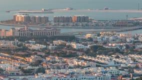 Vew a?reo do porto de Dubai com alameda, os restaurantes, as torres e timelapse shoping dos iate, Emiratos ?rabes Unidos video estoque