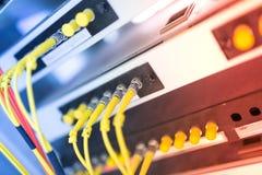 Vezel optisch met servers in een centrum van technologiegegevens Royalty-vrije Stock Afbeelding
