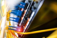 Vezel optisch met servers in een centrum van technologiegegevens Stock Foto