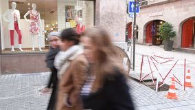 Vezel optische installatie in stedelijk gebieds voetstraat stock footage