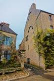 Vezelay狭窄的街道在法国的布戈尼法兰奇伯爵大学 库存图片