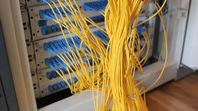Vezeloptisch materiaal in een gegevenscentrum stock videobeelden