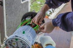 Vezeloptische technicusbroodjes van vezeloptische kabels Stock Fotografie