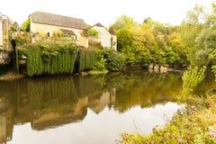 Vezere flod och Chateau de Losse royaltyfri foto