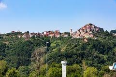 Vezzano Ligure från motorwayen E80 i Santo Stefano di Magra n Royaltyfri Fotografi
